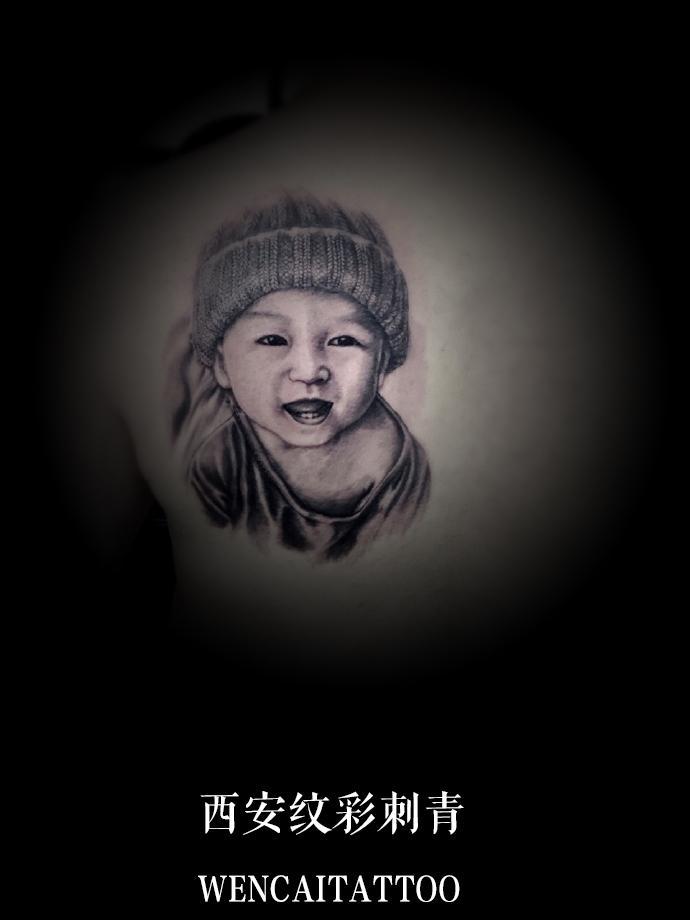 慈父曾先生后背儿子肖像纹身
