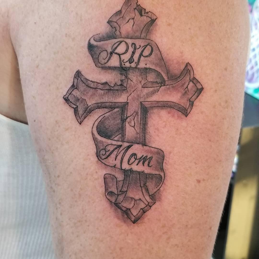 柴先生大臂写实十字架丝带纹身图案