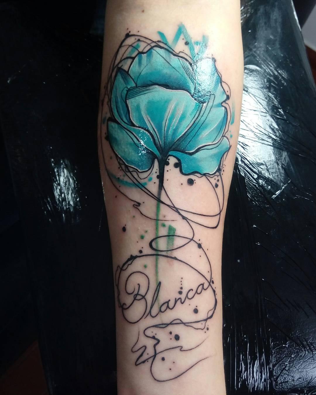甄小姐小臂水彩牡丹英文字纹身图案