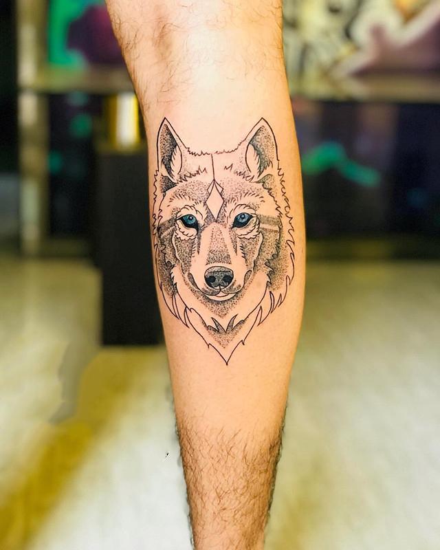 小腿黑灰狼首纹身图案