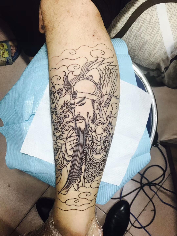 痴迷三国演义的刘先生手臂处的关云长纹身图案