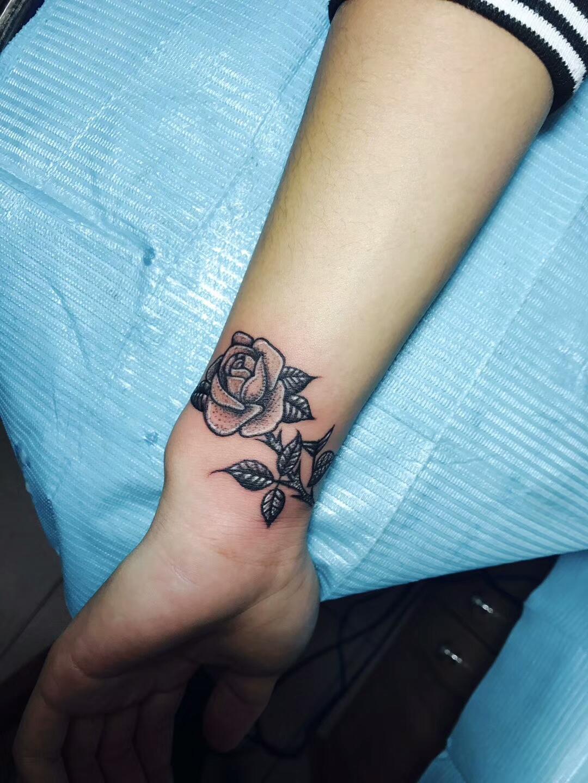网游达人周先生手腕处的玫瑰花纹身图案